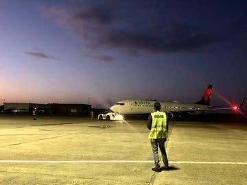 Video: Presidente y funcionarios toman vuelo comercial a Nueva York