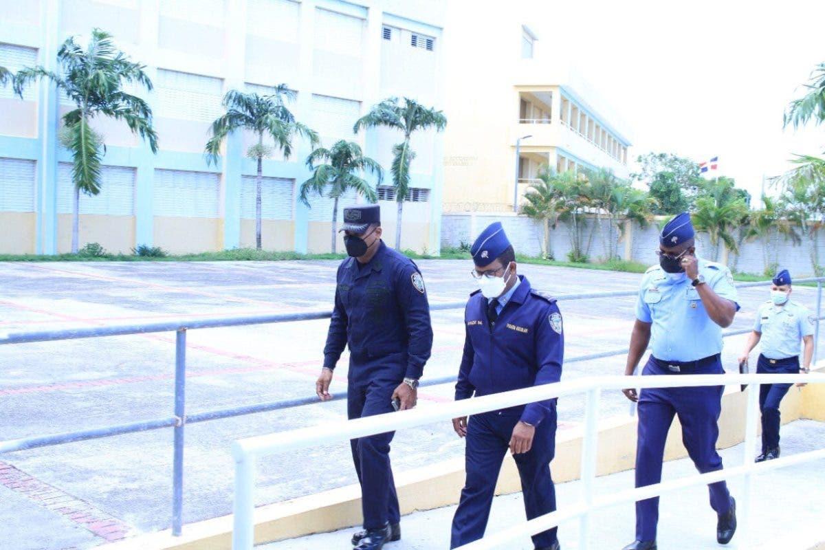 Policía Escolar apresa tres hombres en Higüey acusados de robar en centros educativos
