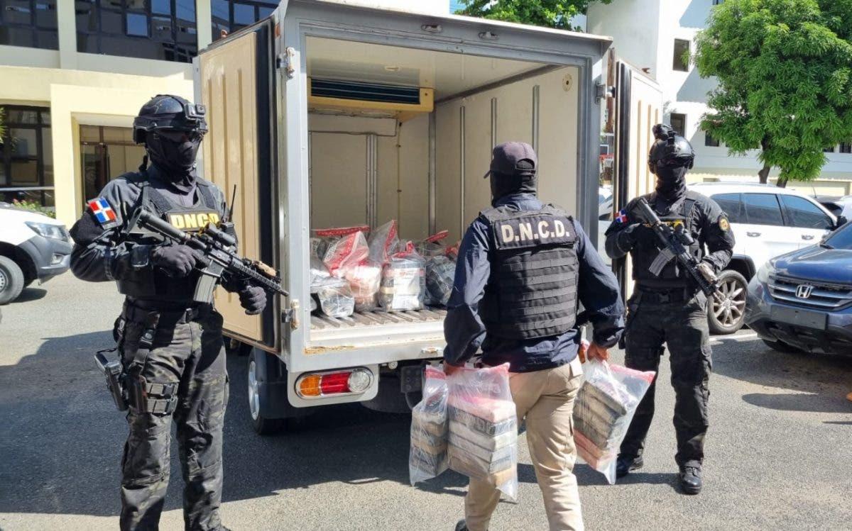 Ocupan 182 paquetes de presunta cocaína en Barahona; apresan a tres personas