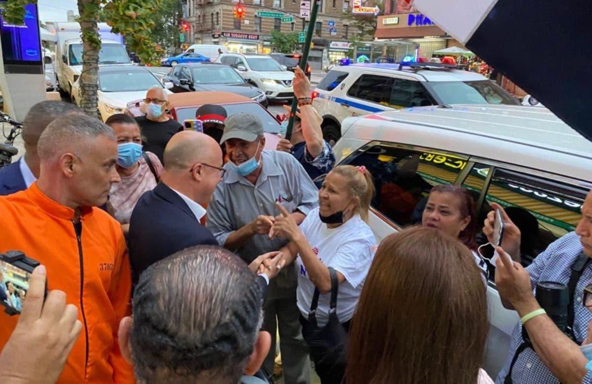 Domínguez Brito da la cara, con la frente en alto ante manifestantes en New York
