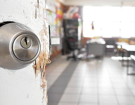 Año escolar en peligro en una escuela de Santiago tras robo número 27