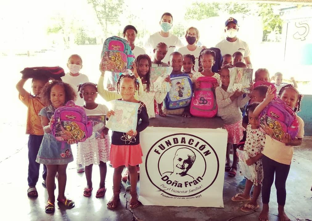 Fundación Doña Fran entrega útiles escolares a decenas de niños