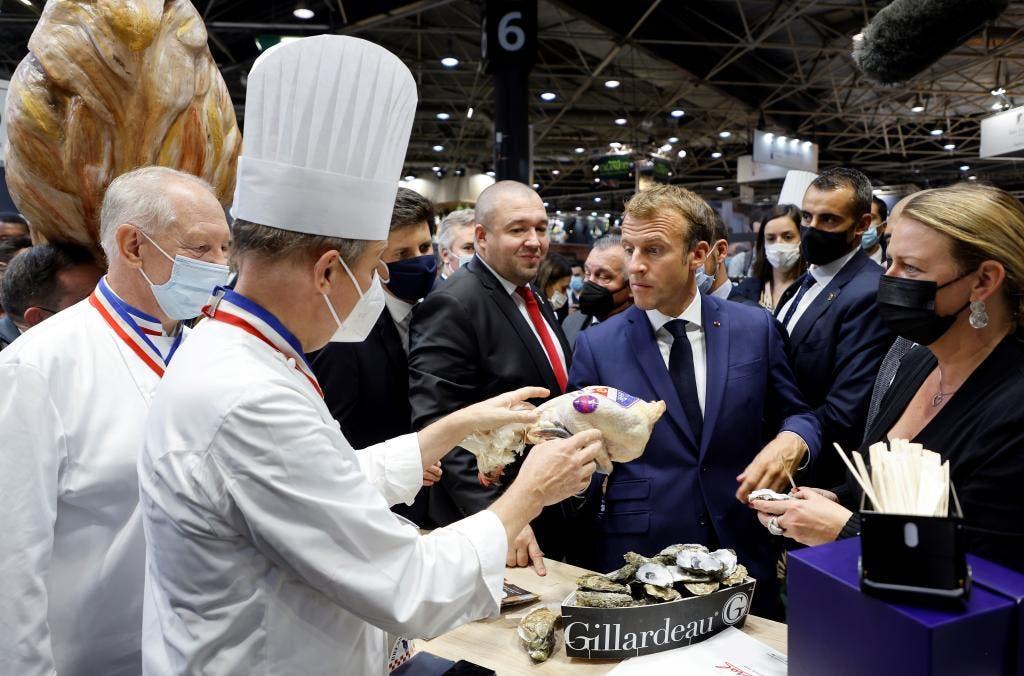 Video: Lanzan un huevo a Macron en una feria gastronómica