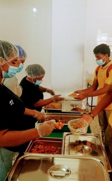 En las escuelas de Santiago reciben el almuerzo escolar