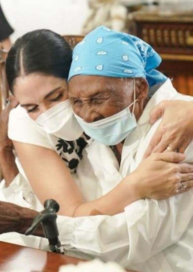 Primera dama sorprende con vivienda a señora de 111 años