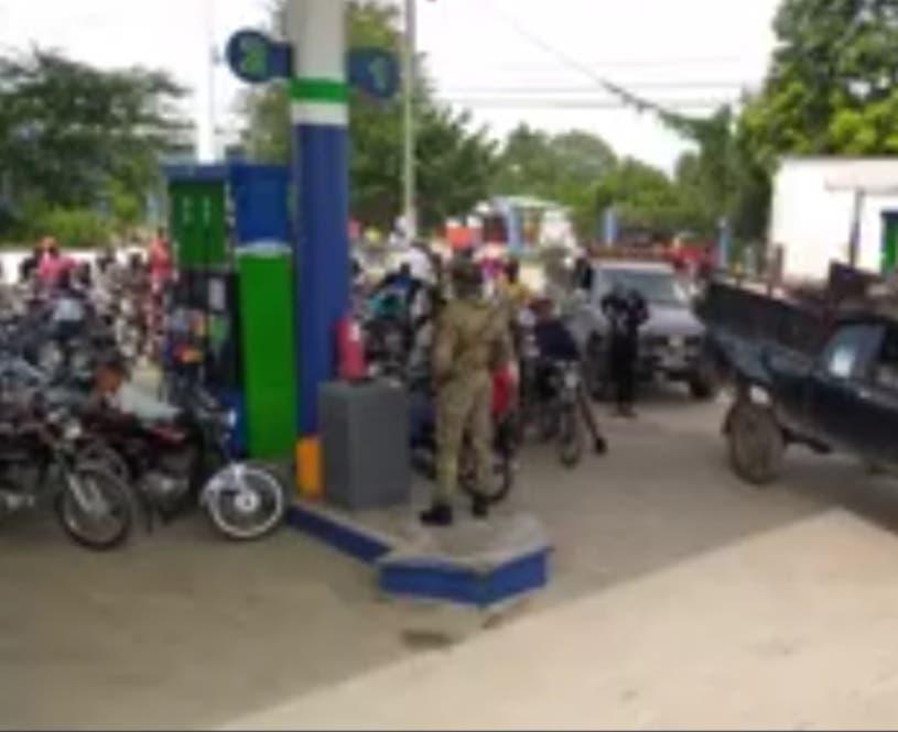 Haitianos agotan combustible Dajabón; en Elías Piña vigilan