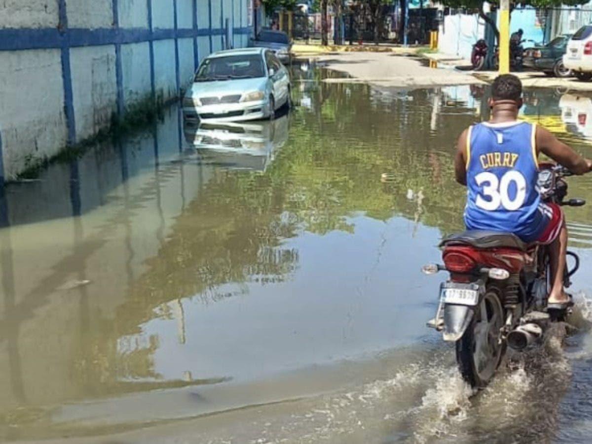 Aguas residuales y pluviales inundan casas