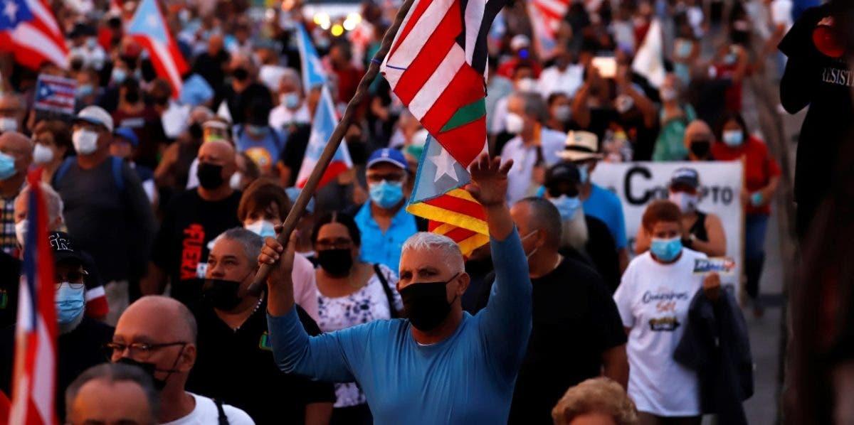 Miles marchan contra los apagones en Puerto Rico