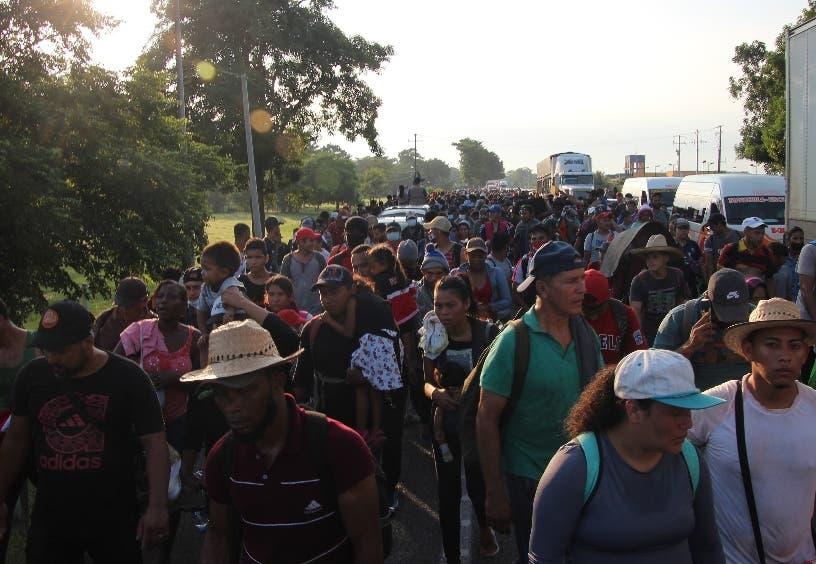 Caravana de 2,000 migrantes caminan por el sur de México