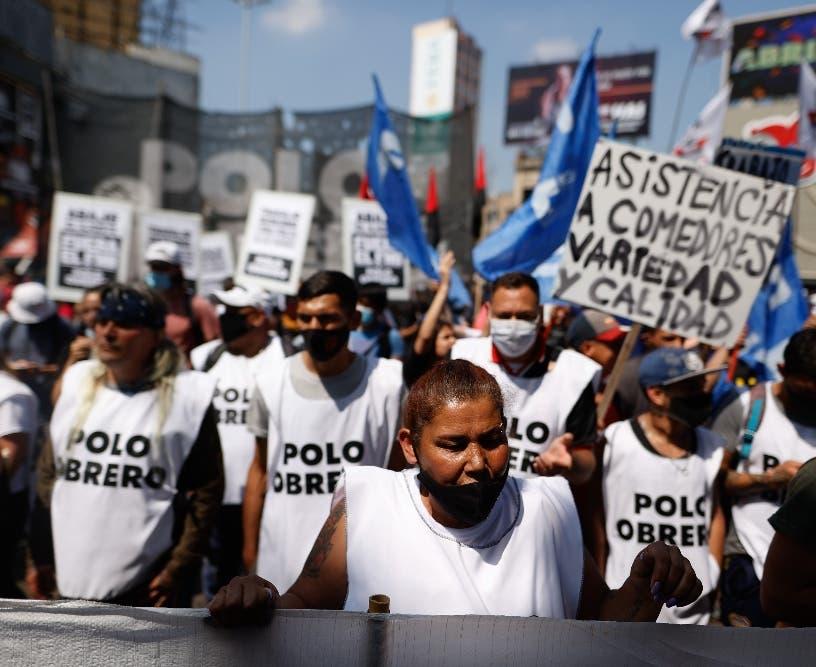 Argentinos protestan por empleos y ayudas
