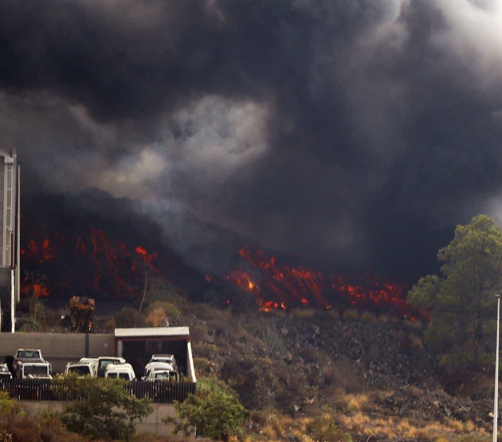 Río de lava y gases de volcán obligan a confinar 3,000 personas en La Palma