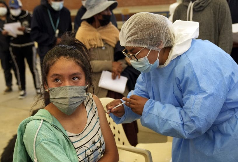 """OMS estima pandemia está """"lejos del final"""" y mantiene emergencia"""