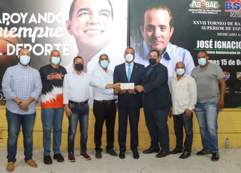 Presidencia entrega RD$ 2 millones para baloncesto de Moca
