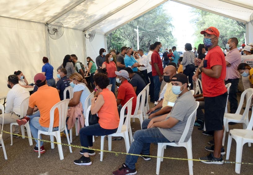 Pandemia covi-19; En Santiago abarrotan centros de vacunación
