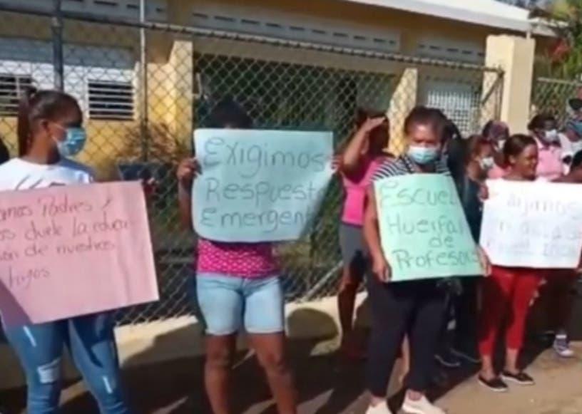 Padres paralizan escuela  Montecristi:  conserjes dan clases