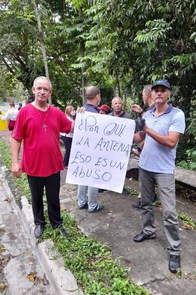 Comunidad protesta contra instalación antena en iglesia