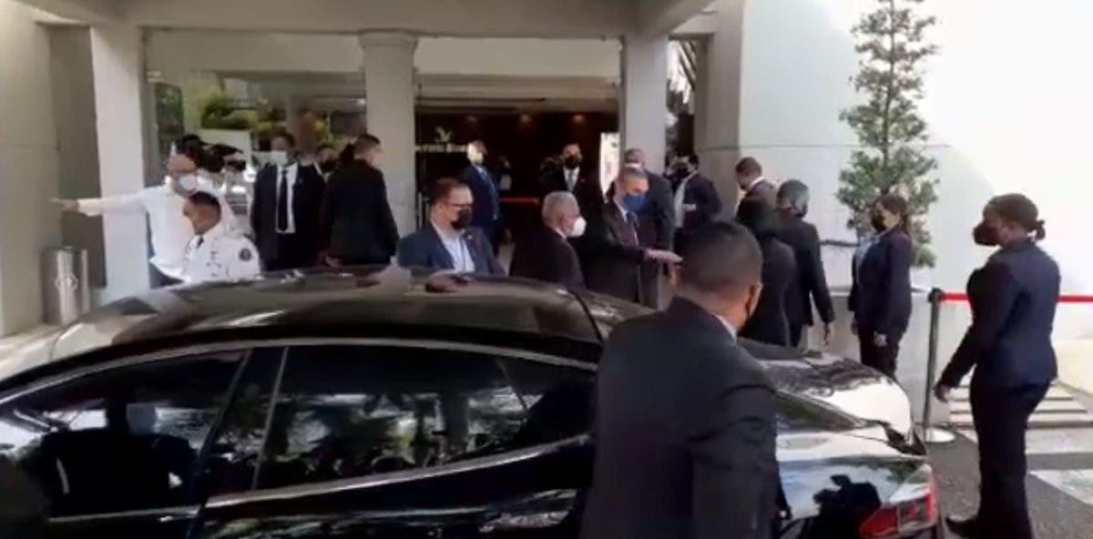 Abinader y Raquel Arbaje llegan a la funeraria para dar pésame a la familia de Leslie