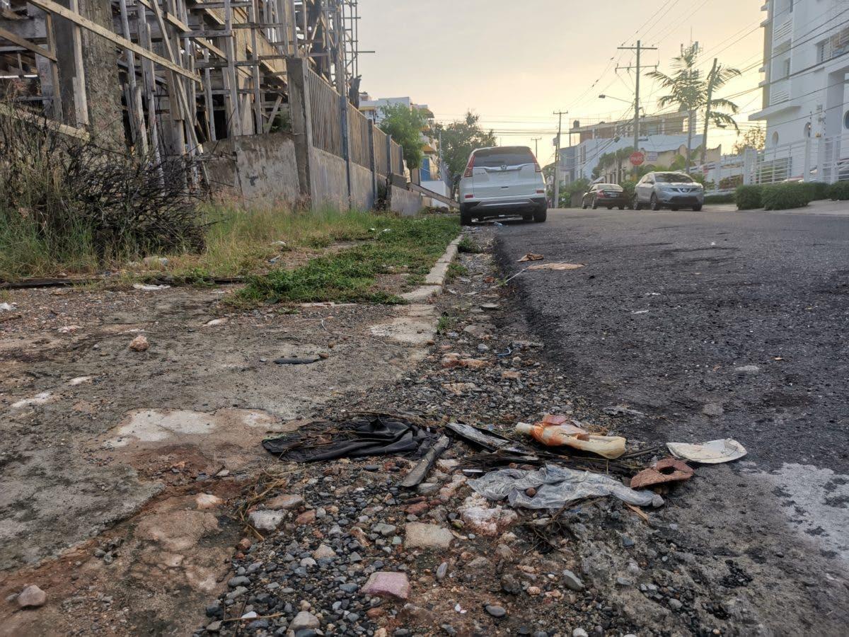 Demandan mayor inversión del gobierno en construcción y ampliación de aceras en Santo Domingo