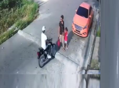 Video: Intervención de un «delivery» evita atraco a mujer iba con una niña