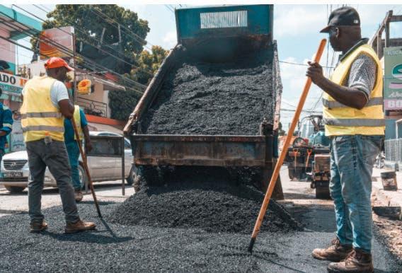 Brigadas de la CAASD realizan trabajos de bacheos en calles afectadas por zanjas