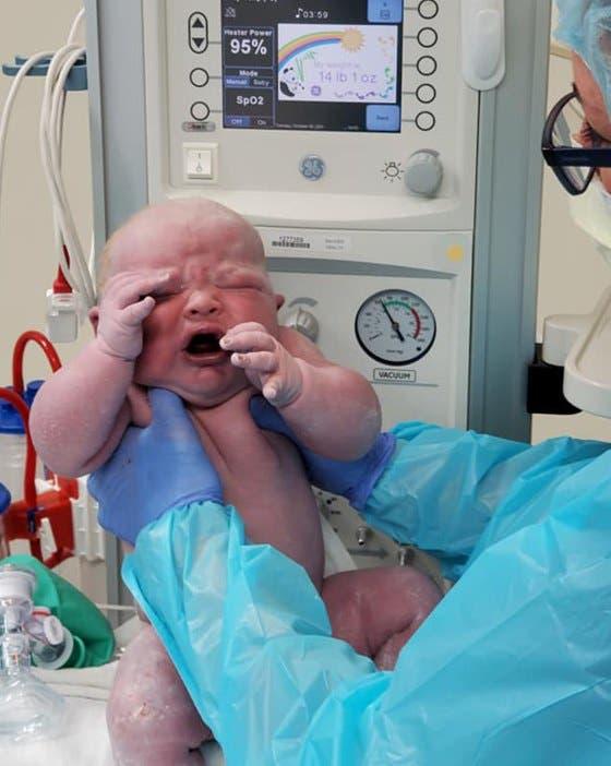 Luego de 19 abortos espontáneos, mamá da a luz a un bebé saludable de 14 libras