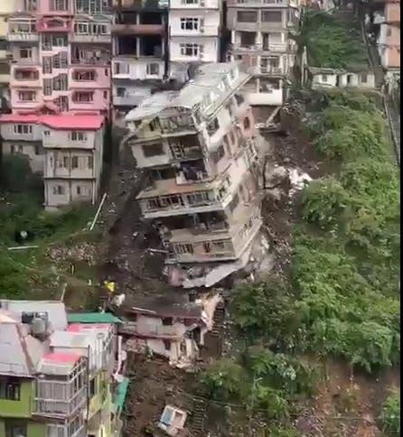 Colapsa edificio residencial de ocho pisos en la India