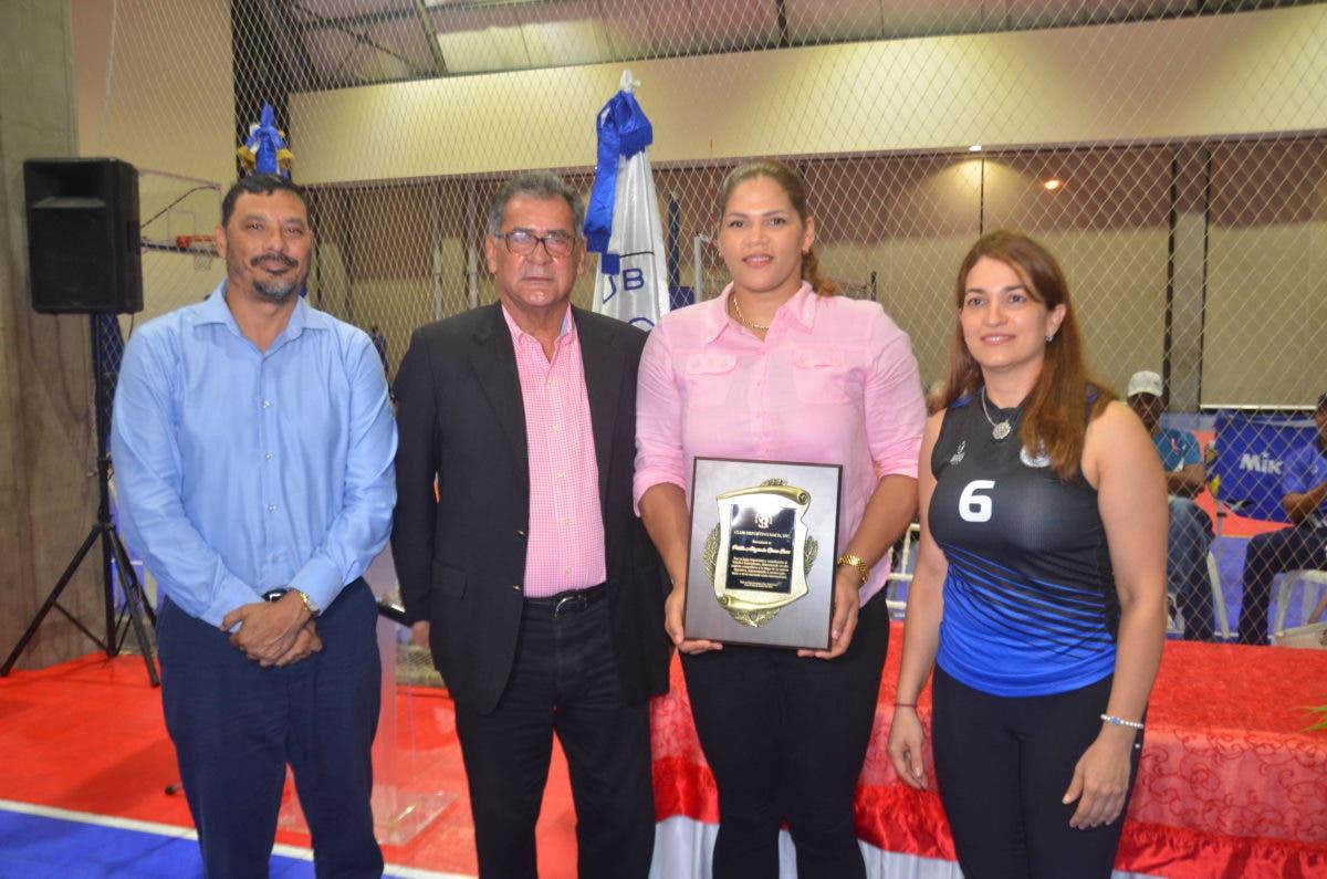 Club Naco reconoce a Prisilla Rivera