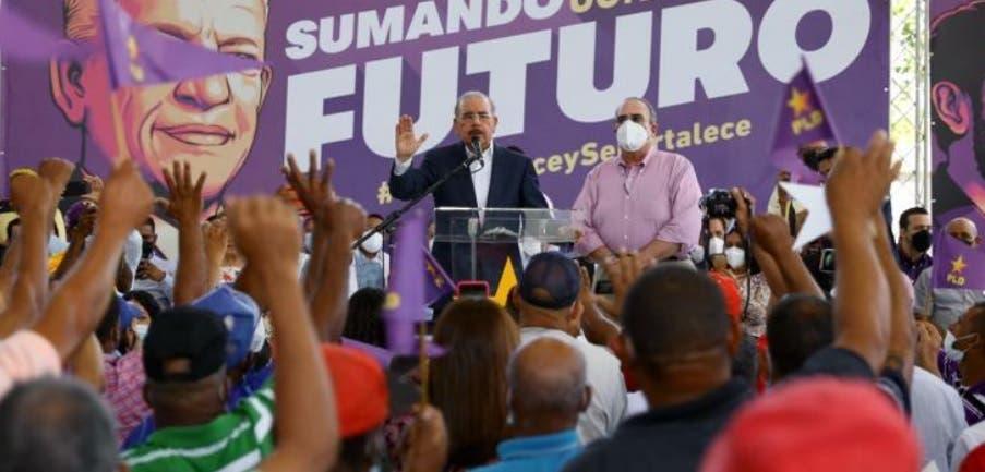 Danilo Medina juramenta  nuevos miembros del PLD en La Vega