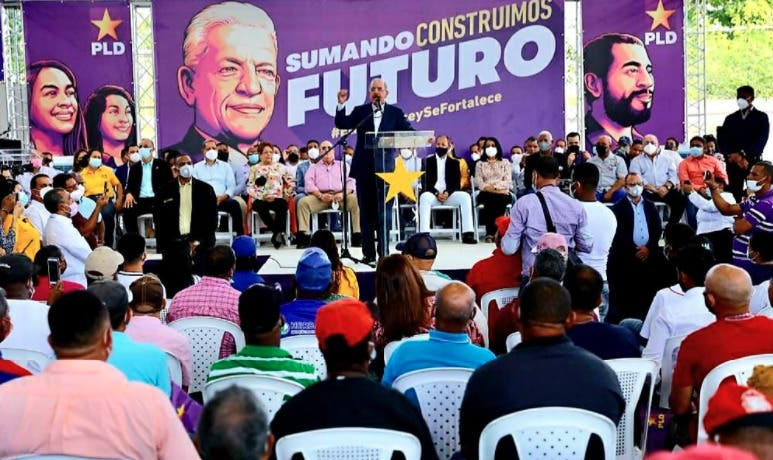 Danilo Medina: «El PLD bajó a maestros de cola de motores para montarlos en carros y yipetas»