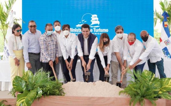 Ministro de Turismo inicia trabajos de reconstrucción vía de acceso y parqueos en Playa Macao