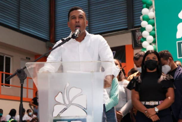 Leonel Fernández juramenta en Fuerza del Pueblo a excandidato alcalde Elvis Rosario