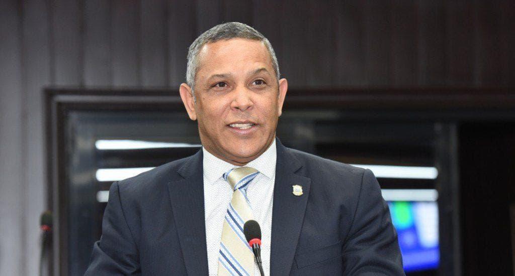 Senador Franklin Romero pide fijar tope salarial para funcionarios públicos