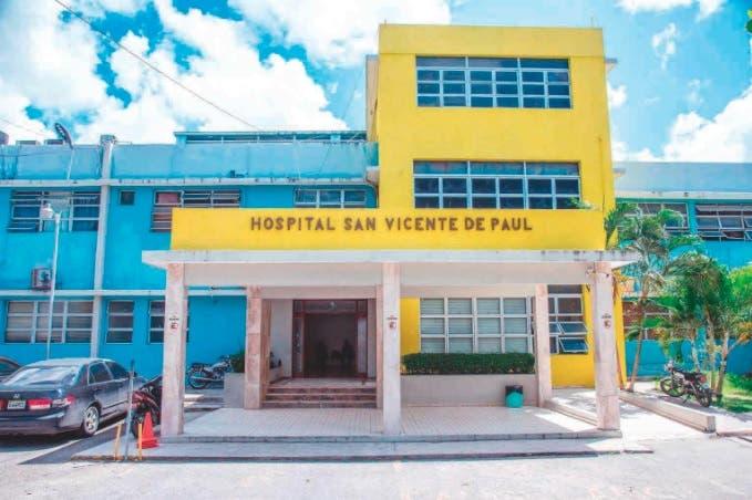 Aseguran en hospital San Vicente de Paul de SFM médicos operan con fundas plásticas