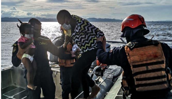 Detienen a grupo de migrantes haitianos tras desembarcar en playa de Florida