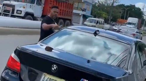Video: Hombre sale de carro con  un cuchillo y pincha neumáticos vehículo de mujer