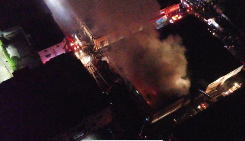 Tres personas habrían fallecidos por incendio en tienda de La Vega