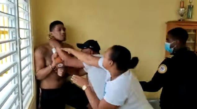 Tras liberar a doctora secuestrada, recluso toma  trofeo en actitud amenazante contra autoridad