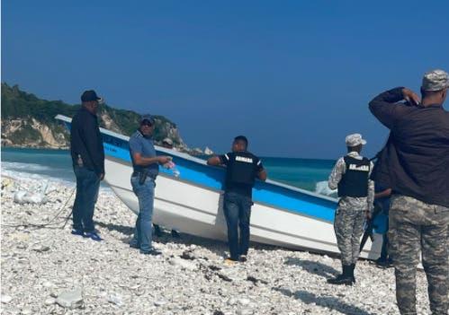 Autoridades investigan procedencia lancha encalló en costas Barahona