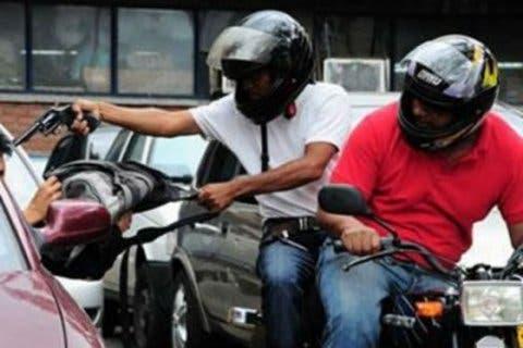 Denuncias HOY | Mujer asegura hombres en motocicleta impactan su vehículo para asaltarla