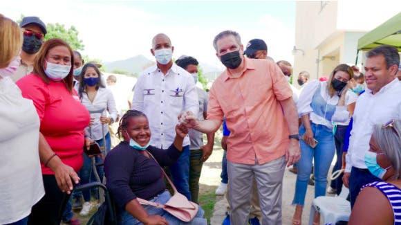 Neney Cabrera anuncia construcción de 100 viviendas en Barro Arriba de Azua