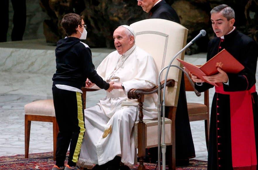 Niño obtiene gorro papal tras irrumpir insistentemente la  misa