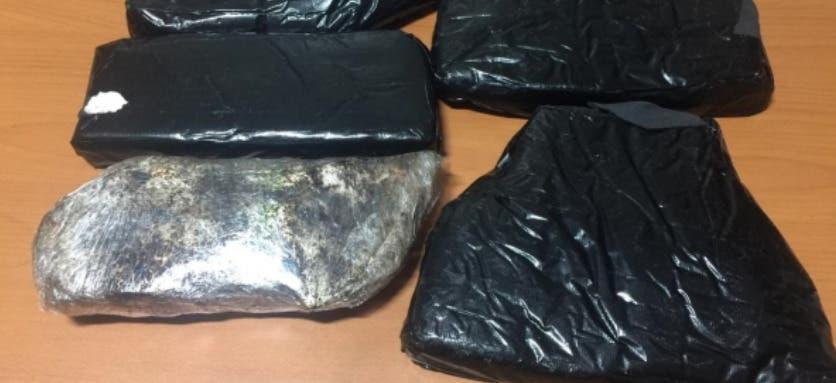 Un equipaje «abandonado» en área de abordaje del AILA tenía cinco paquetes de droga