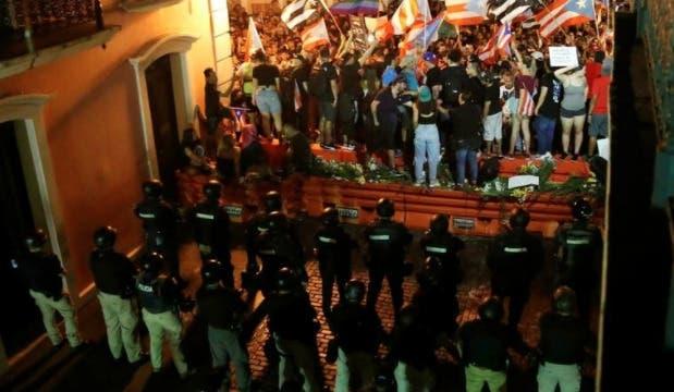 Miles marchan en Puerto Rico en protesta por apagones