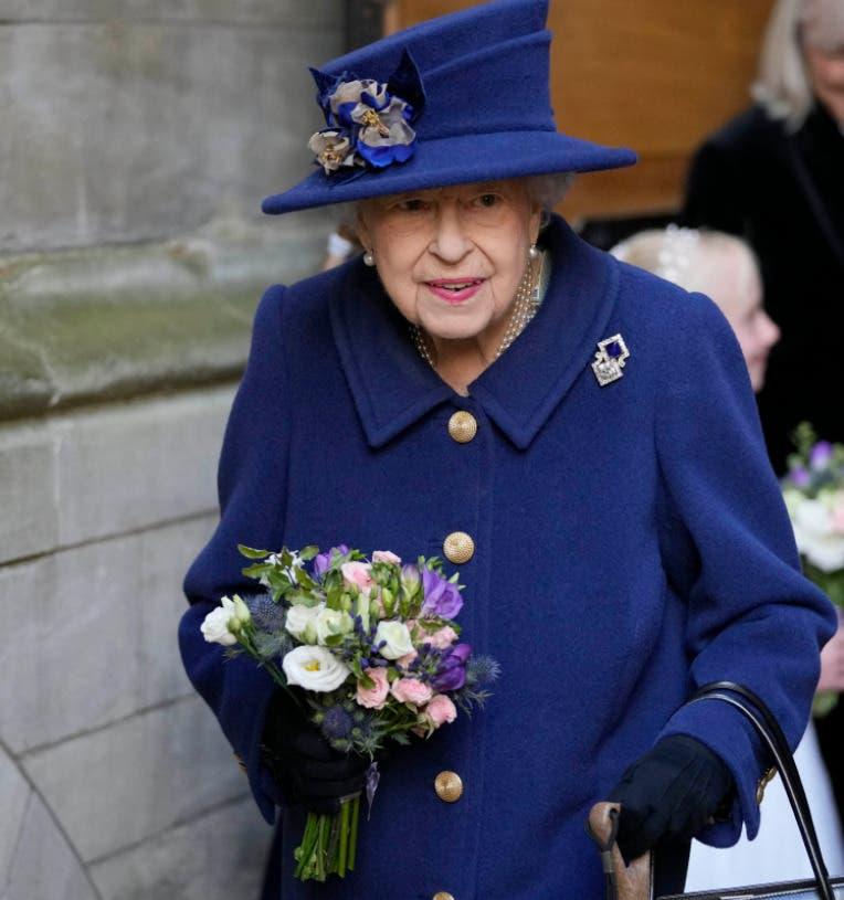 La reina Isabel II, de 95 años, usa un bastón por primera vez en un acto público