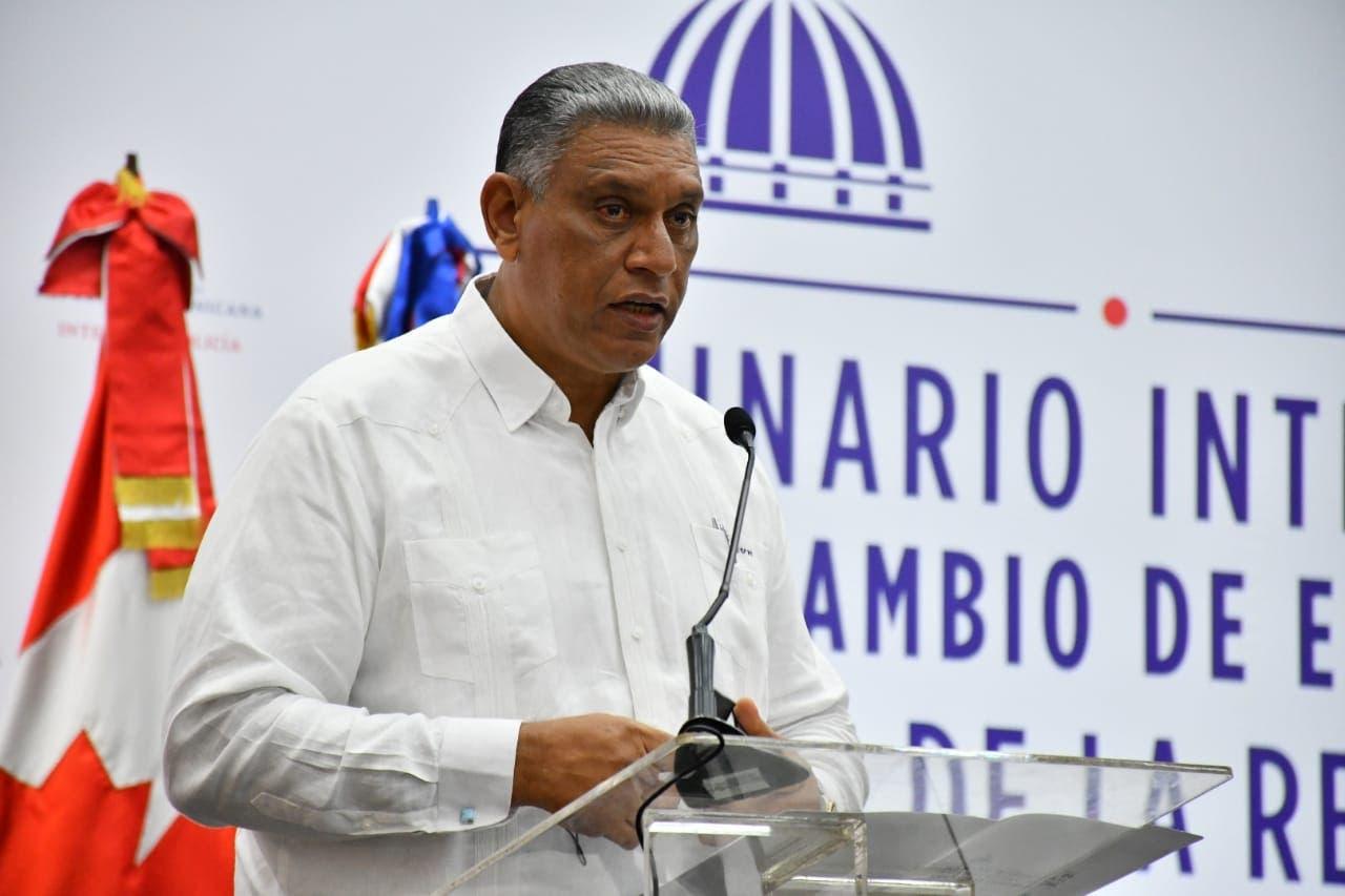Ministro de Interior y Policía propone agentes entreguen armas concluido el servicio