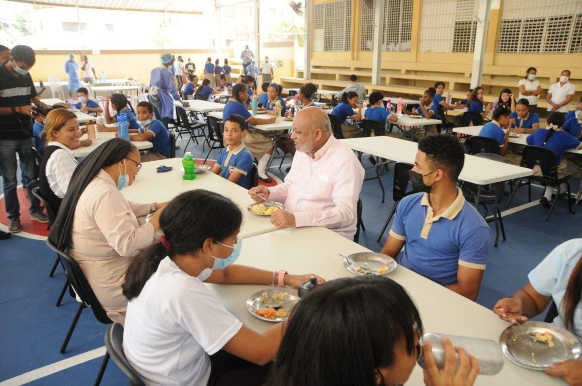 Ministro de Educación Roberto Fulcar almuerza con estudiantes