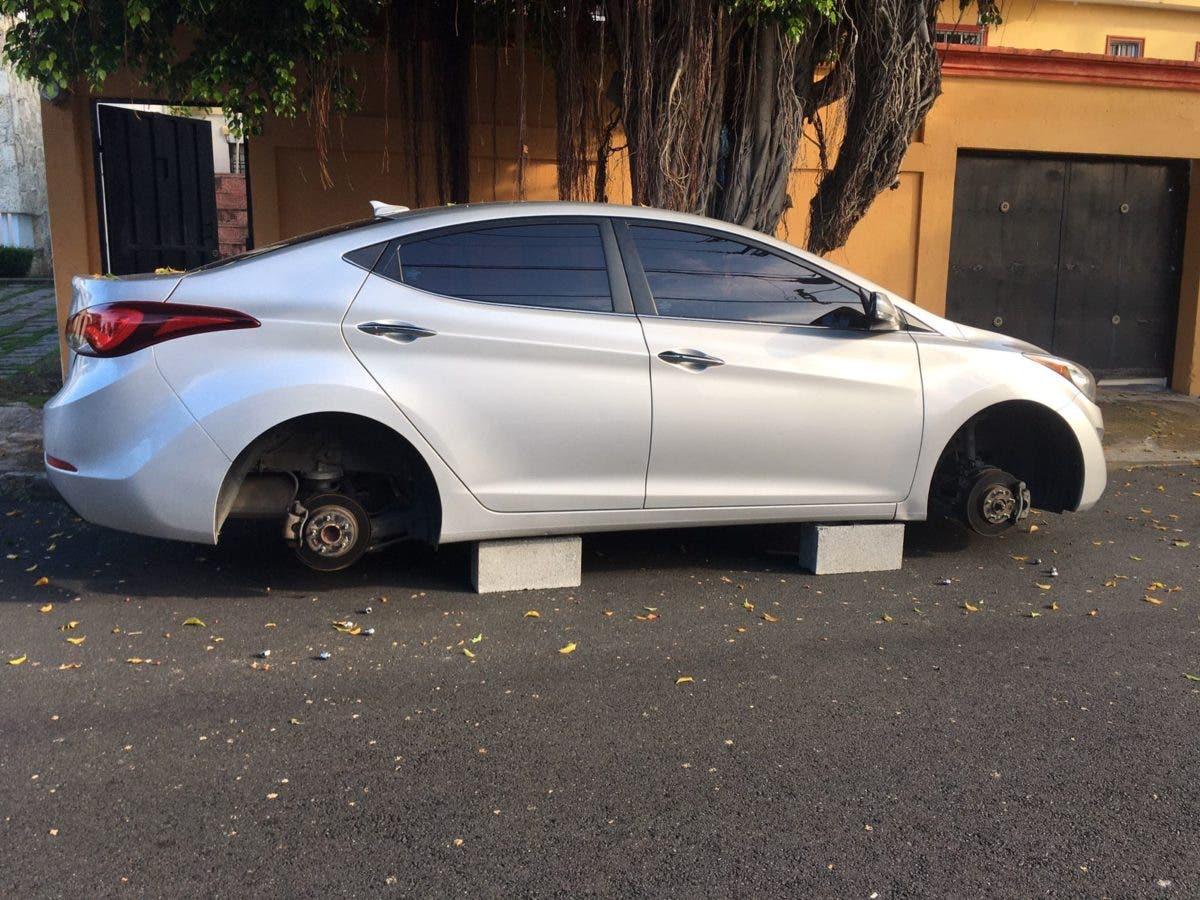 Video: En 10 minutos, ladrones quitaron los cuatro neumáticos a un carro