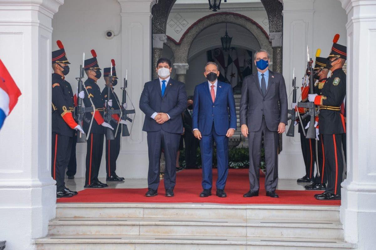 Presidente Abinader es recibido en Palacio Presidencial por su homólogo panameño