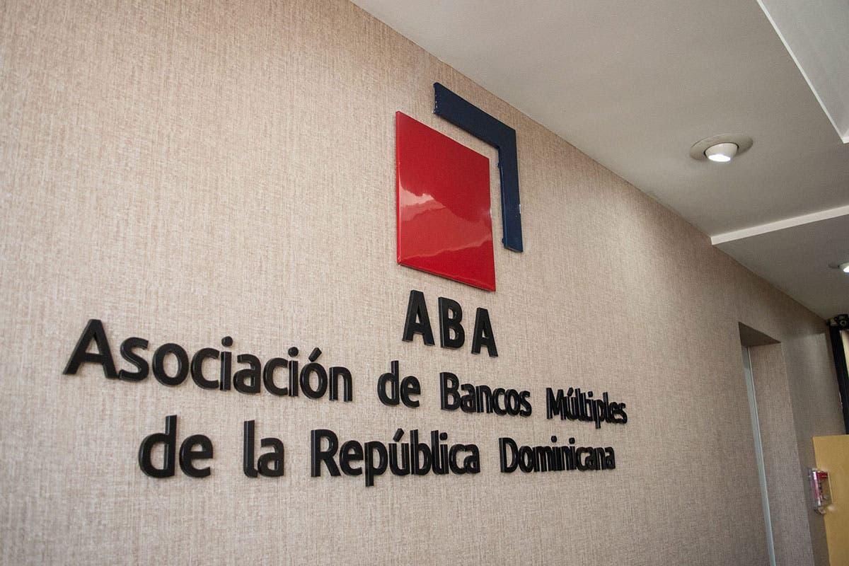 Bancos amplían horarios y se acogen a disposición oficial de requerir vacunación
