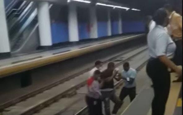 Video: Hombre se desmaya y cae en vías del Metro